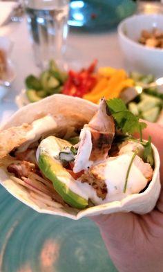 Nya favorit i tacosparadiset! Marinaden är himmelsk och ger kycklingen en fantastisk smak. Kycklingtacos med honung och chipotle 6-8 tortillas Avokado Paprika Gurka Honungs- och chipotle marinad 3 kyc