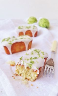 Make sweetner subs to make THM approved! mini lime, yoghurt and almond loaf cakes Mini Tortillas, Healthy Cake Recipes, Dessert Recipes, Loaf Recipes, Dessert Bread, Tea Cakes, Cupcake Cakes, Cupcakes, Easy Loaf Cake Recipe
