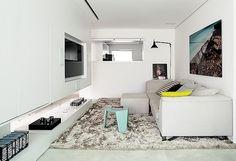 Móvel multiuso | O armário embutido esconde a adega, o frigobar e os aparelhos eletrônicos na parte pintada de preto e as taças e bebidas n...