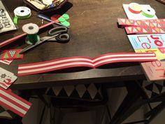 Für die Lesezeichen einfach ein Papierstreifen mittig falten, mit Kleister bestreichen und am oberen Ende ein Stoffband als Öse einsetzten. zudrücken und trocknen lassen. Fertig!