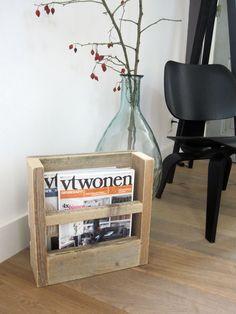 Lectuurbak / krantenbak van steigerhout 'Lex' Je kunt dit model ophangen of neerzetten. Afmetingen: 35 x 35 x 11 cm (in alle formaten te maken) Bak inwendig: 6 cm diep Prijs: €42,50 (bezorgkosten € 7,50) Like w00tdesign op Facebook voor een kijkje achter de schermen. w00tdesign Oranjeboomstraat 64 4812 EK Breda E-mail: info@w00tdesign.nl