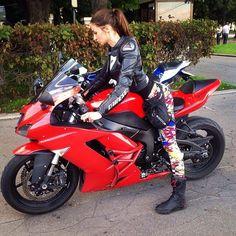 Девушка на байке / Сексуальная девушка выполняет трюки на мотоцикле