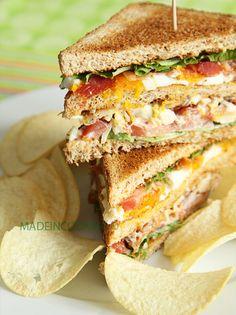 Club sandwich poulet rôti, bacon, oeuf, tomates.