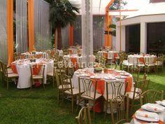 Mesas Redondas con detalles en naranja.