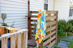 Outdoor shower made of pallets, and other great pallet ideas
