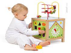 JANOD drevená didaktická kocka Záhrada s labyrintom je úžasná vzdelávacia hračka vhodná pre deti od 18 do 36 mesiacov. Drevená hračka má rozmery ideálne pre najmenšie deti 25*25*49 cm, je tvorená množstvom zábavných a zaujímavých aktivít, má motív záhrady. Kocka obsahuje niekoľko častí pre nekonečnú zábavu, ale aj vzdelávanie sa hravou formou: 3 rôzne labyrinty, 4 vkladacie kocky, rotujúce puzzle, hodiny a počítadlo.