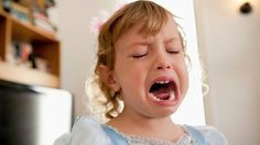 Aj to najspokojnejšie dieťa občas chytí záchvat, poznajú to všetci rodičia. Nemusíte sa báť, i keď to spraví v spoločnosti. S týmto trikom ho upokojíte za pár sekúnd!