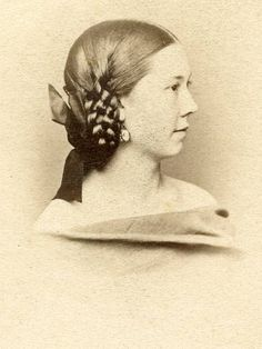 reversed side braid– in sections. Twisted and looped back hair with huge ribbon bow Source by Civil War Hairstyles, Historical Hairstyles, Edwardian Hairstyles, Vintage Hairstyles, Casual Hairstyles, Hairstyles For Round Faces, Headband Hairstyles, Updos Hairstyle, Romantic Hairstyles