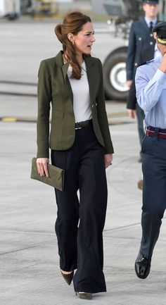 Kate Middleton Wore the 2019 Trend Everyone's Ditching Skinny Jeans For - - So, are wide-leg pants in style? Kate Middleton thinks so. See how the Duchess of Cambridge just styled them to perfection. Wide Pants Outfit, Trouser Outfits, Sporty Outfits, Women's Pants, Dress Pants, Black Trousers Outfit Work, Skinny Pants Outfits, Cowgirl Style Outfits, Casual Shorts