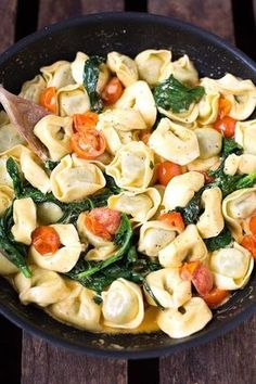 Tortellini mit Tomaten-Sahnesauce und Spinat – Kochkarussell Tortellini with tomato cream sauce and spinach. This recipe is simple, done Noodle Recipes, Veggie Recipes, Healthy Dinner Recipes, Cooking Recipes, Pasta Recipes, Snacks Recipes, Vegetarian Recipes, Healthy Drinks, Healthy Eating