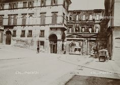 La facciata esterna di Porta Borsari a Verona - Data dello scatto:1895 ca., Referenze fotografiche: Raccolte Museali Fratelli Alinari (RMFA), Firenze