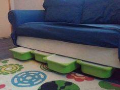 Créez des rangements à jouets coulissant sous le canapé grâce aux bacs Trofast.