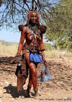 Não é por causa de estarem isoladas do resto do mundo que algumas populações do sul de Angola mantêm um estilo de vida tradicional. É por opção. Se clicarmos nesta imagem para ampliá-la, poderemos ver claramente que esta senhora angolana de etnia Himba tem na sua mão direita um telemóvel (celular) (Foto: Selma Fernandes) Créditos: A Matéria do Tempo http://amateriadotempo.blogspot.co.uk/ Posted by NAMIBIANO FERREIRA at quinta-feira, Abril 24, 2014 . http://2.bp.blogspot.com