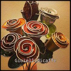 Mazzo di rose e un tulipano realizzati con capsule Nespresso e Bialetti