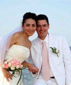 Traje de novio en color blanco para tu boda en playa. #BodasHuatulco #HuatulcoWeddings #BeachWeddingMexico #Bodaenplaya #Groomsuit #Trajedenovio #BeachWeddingSuit boda en playa, beach wedding, Oaxaca, México, Bodas Huatulco, Wedding Planner