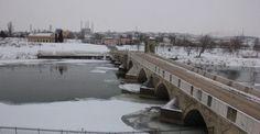 Tunca Nehri akmıyor, Meriç kısmen buz tuttu Edirne'de hemen hemen her yıl su debilerinin yükselmesi ile birlikte sel ve su taşkınlarına yol açan nehirler bu kez buz tuttu. Tunca Nehri neredeyse akmaz duruma gelirken, Meriç Nehri de kısmen dondu. http://feedproxy.google.com/~r/dosyahaber/~3/9IJW3NI5Od4/tunca-nehri-akmiyor-meric-kismen-buz-tuttu-h10879.html