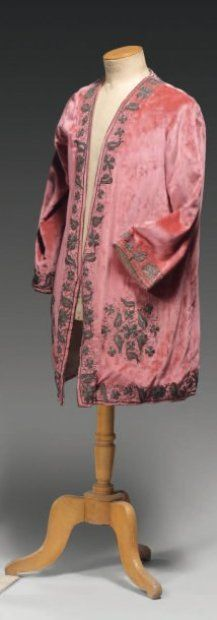 * Veste du soir griffée Babani vers 1925. Panne de velours vieux rose brodée en frisé or sur le pourtour et à l'emplacement et poches de frise...