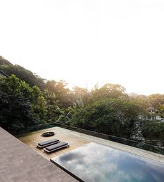 Rooftop infinity pool overlooks the Brazilian rainforest from Studio Jungle House Indoor Swimming Pools, Swimming Pool Designs, Brazilian Rainforest, Studio Mk27, Architecture Design, Jungle House, Rooftop Design, Rooftop Pool, Cool Pools