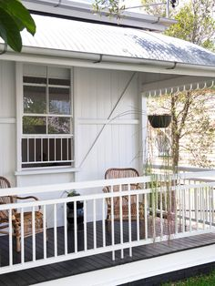 The original front verandah has been retained to encourage the use of the front garden. Production – Lucy Feagins / The Design Files. Queenslander House, Weatherboard House, Cottage Design, House Design, Veranda Railing, Front Verandah, Front Deck, Front Porches, Cottage Renovation