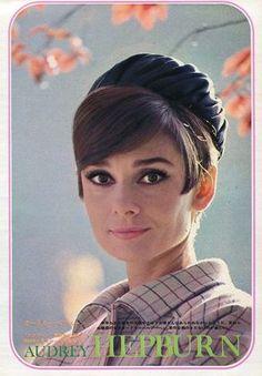 """La actriz Audrey Hepburn fotografiado por Douglas Kirkland en París (Francia), para la publicidad de """"Cómo robar un millón"""", en noviembre de 1965.  -Audrey llevaba creaciones de Givenchy (abrigo de lana y un sombrero)."""