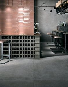Simple, neutral and with an appealing material quality: these are the defining features that have been shaped into Glocal, the new smooth concrete collection in Mirage porcelain stoneware. Concrete Bar, Smooth Concrete, Concrete Tiles, Bar Lounge, Commercial Interior Design, Commercial Interiors, Cafe Restaurant, Restaurant Design, Copper Restaurant