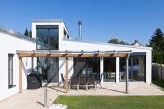 Durch die überdachte Terrasse hat man bei diesem HARTL HAUS Kundenhaus einen gemütlichen Schattenplatz an heißen Tagen. Outdoor Decor, Home Decor, Gable Roof, Porches, Decoration Home, Room Decor, Home Interior Design, Home Decoration, Interior Design