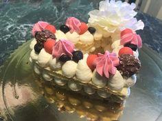 Torta decorata a vista. Una torta molto facile da realizzare, è adatta per eventi particolari. Potete sbizzarrirvi con le decorazioni.