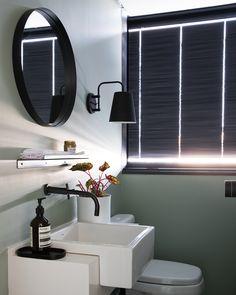 Prateleira para banheiro: 25 fotos e outros tutoriais para fazer essa peça Studio 60, Small Bathroom, New Homes, Mirror, House Styles, Furniture, Home Decor, Puff Gigante, Shampoos