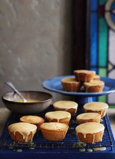 This recipe for sticky honey cakes is really easy to make and they look great. The combination of honey, lemon and ginger works really well together and they& surprisingly low-cal. Honey Cake Recipe Easy, Honey Recipes, Sweet Recipes, Recipe Recipe, Mini Cakes, Cupcake Cakes, Cupcake Recipes, Dessert Recipes, Summer Cake Recipes