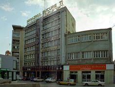 """In aceasta cladire, care este o extensie a magazinului Bucuresti, s-a deschis, tot prin anii '90, unul din primele restaurante fast food din Bucuresti. Si pare ca si """"magazinul universal"""" inca functiona. Multi Story Building, Memories, Bucharest, Cousins, Souvenirs, Remember This"""