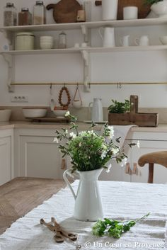 Cuisine blanche et tons bois naturel, bouquet de fleurs des champs dans un pichet 'Ikea' simple and beautiful so french