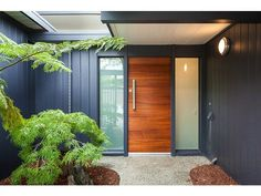 a welcoming entrance, palo alto, ca Solid timber door, frosted glass side panels, use of colour - colorbond monument? Exterior Paint, Exterior Design, Interior And Exterior, Modern Exterior Doors, Wood Front Doors, Timber Door, Eichler Haus, Mid Century Exterior, Entrance Doors