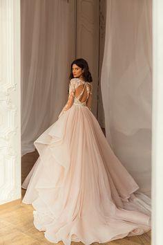 Εντυπωσιακο νυφικο σε αλφα γραμμη απο δαντελα κεντημενη. Νυφικα αθηνα Couture Collection, Dress Collection, Bridal Dresses, Wedding Gowns, Maid Dress, Beautiful Bride, Bridal Style, Wedding Styles, Evening Dresses