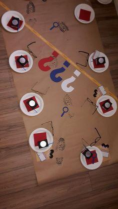 """beim drei ??? Geburtstag ziehen sich die kids in das geheime Hauptquartier (Kaffeekanne) zurück. hier sitzen die kids auf Kissen rund um die dekorierte """"Tischdecke"""" aus Packpapier. Krümel würden eh auf dem Boden landen ...."""