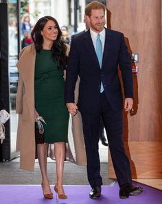 Meghan Markle rewore the green Parosh dress she wore during her engagement interview with Prince Harry to the WellChild Awards tonight—a special touch for the evening from the Duchess. Meghan Markle Prince Harry, Prince Harry And Meghan, Emerald Dresses, Kate Middleton Prince William, Iconic Dresses, Meghan Markle Style, Scuba Dress, Engagement Dresses, Dress With Bow