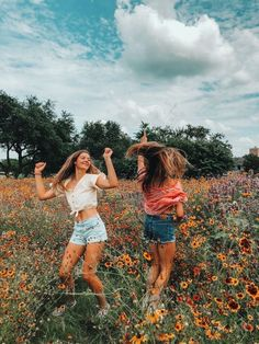 friends photography Hi Im a new account! Would you mind checking me out:) Cute Friend Pictures, Best Friend Pictures, Bff Pics, Cute Bestfriend Pictures, Cute Photos, Friend Picture Poses, Beautiful Pictures, Shotting Photo, Foto Top