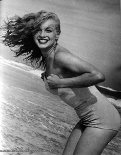 Marilyn Monroe photographed by Andre De Dienes summer 1949 - Tobey Beach - Long Island. Estilo Marilyn Monroe, Fotos Marilyn Monroe, Long Island, Classic Hollywood, Old Hollywood, Hollywood Actresses, Anna Nicole Smith, Portraits, Actrices Hollywood
