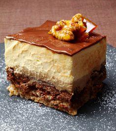ENTREMETS CAFE / NOIX / CHOCOLAT & FEVE TONKA - Dacquoise aux noix / croustillant noix-chocolat / crémeux au café surmonté d'une bavaroise à la fève tonka / le tout sous un glaçage au chocolat noir/café