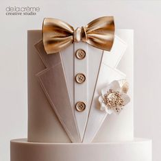 Wedding Cakes by De La Crème Creative Studio ~ Groom's cake is an all white tux with satin-faced lapels, gold bow tie and buttons with boutonniere with gold leaf centers. Fancy Cakes, Cute Cakes, Pretty Cakes, Beautiful Cakes, Amazing Cakes, Fondant Cakes, Cupcake Cakes, Fondant Cake Tutorial, Tuxedo Cake