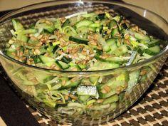 Pyszna ogórkowa surówka ze słonecznikiem - Przepisy kulinarne - Surówki Guacamole, Sprouts, Salad Recipes, Grilling, Food And Drink, Vegetables, Ethnic Recipes, Kitchen, Salads