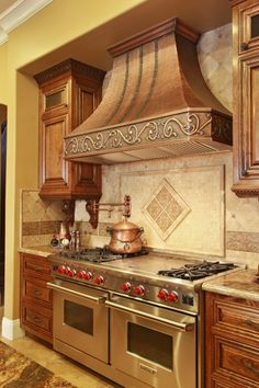 This range hood completes the warm Tuscan kitchen aesthetic with a soft hammer antique copper finish and a logo scroll pattern. Copper Kitchen, Rustic Kitchen, Kitchen Ideas, Kitchen Trends, Diy Kitchen, Rustic Farmhouse, Kitchen Interior, Tuscan Kitchen Design, Tuscan Kitchens