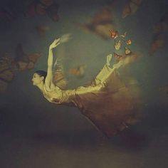 El abismo era inmenso, por mas que intentara abrir mas grande mis ojos, no se veía nada. Sin embargo, entendí que ese era el único camino para la verdadera transformación:dejarme caer, ENTREGARME, porque allí abajo reside la profundidad. Aunque esto involucre ver mi oscuridad, mis demonios, mis lobos hambrientos. Acepté el reto, a diario lo elijo, sumergirme en mi propio abismo (todos tenemos uno) y darme cuenta que en verdad no es el fin, sino el inicio de todo, mi salvación…