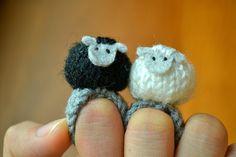 RESERVADO para Holly - 2 ovejas amigurumi anillos