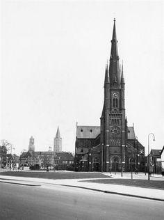 Gezicht op de St.-Monicakerk (Herenweg 101) te Utrecht, vanaf de Oudenoord.1953 Op de achtergrond de Jacobikerk en de Domtoren. Utrecht, History Images, Old City, Old Pictures, Netherlands, Cathedral, Building, Travel, Life