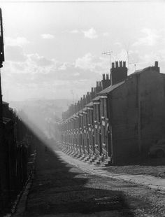 This dramatic picture, taken in shows rows of terraced houses cast in shadow as the sun rises over Scotland Road where the late singer, Cilla Black grew up. Liverpool Life, Liverpool Docks, Liverpool History, Liverpool England, Liverpool Street, London History, British History, House Cast, Brick Architecture