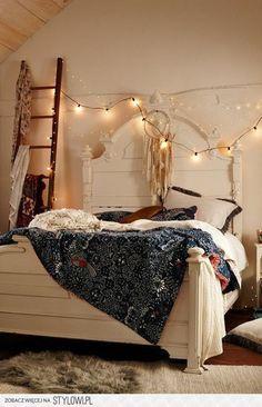 ベッドルームの頭上にイルミネーションライトを這わせるだけで、ベッドルームが素敵な空間に生まれ変わります。