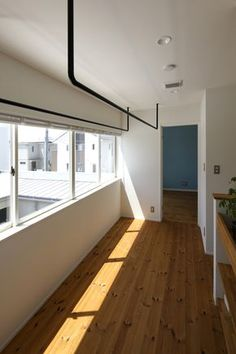 Like the bars on the ceiling - would like this (but white) in hall for hanging laundry Minimalist Room, Modern Minimalist, Small House Interior Design, House Design, White Exterior Houses, Warehouse Living, Deco Originale, Laundry Room Design, Japanese House