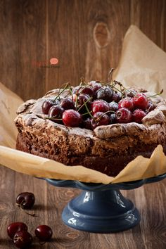 Wilgotne ciasto czekoladowe z bezą i czereśniami/ Moist chocolate meringue cake with summer fruits