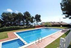 Moderne villa mitoyenne, très joliment meublée, accès à une zone commune avec piscine et beau jardin