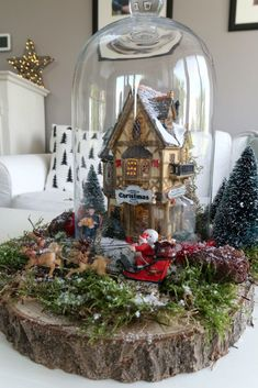A Christmas village does not have to be big! You can get a lot of atmosphere with one Christmas house & dolls. Making your Christmas village under a bell jar is how you do it! Easy Diy Christmas Gifts, Christmas Projects, Handmade Christmas, Christmas Decorations, Christmas Ornaments, Holiday Decor, Christmas Snow Globes, Cozy Christmas, Xmas